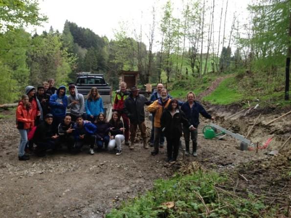 Jugendliche Und Erwachsene Bauen Eine Waldhutte Tuufner Poscht